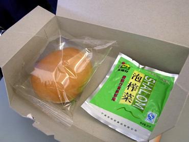 チャイ国内便で軽食
