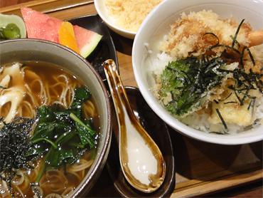 日本人家族大量な週末はファミレス状態