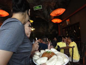 観光客で大忙しなレストラン