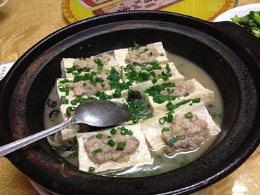 豆腐の下にはタニシがびっしり