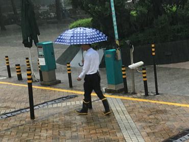 傘も長傘じゃないとね