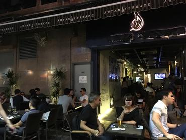 賑やかなレストラン・バー街