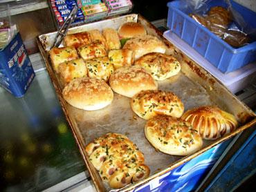 新鮮なパンだよ~!と店のおばさん営業開始